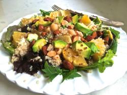 Ensalada quinoa garbanzos y aguacate